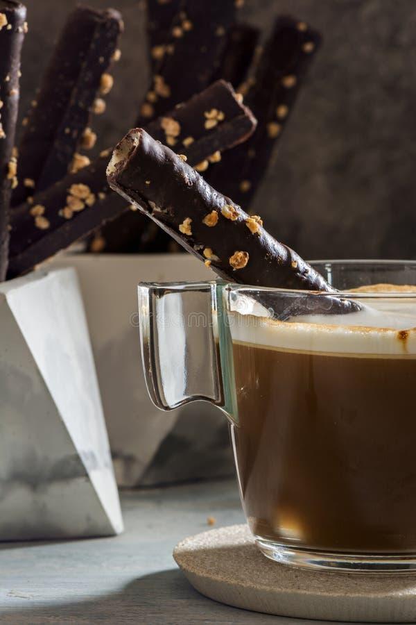 Cappuccino e chocolate Rolls da bolacha com amêndoas, no prato de pedra imagem de stock