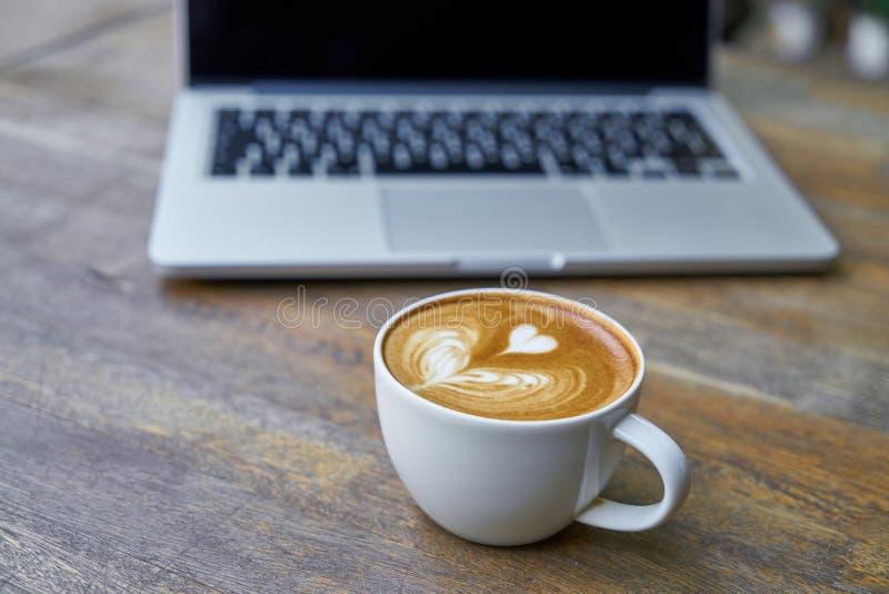 Cappuccino e computer portatile