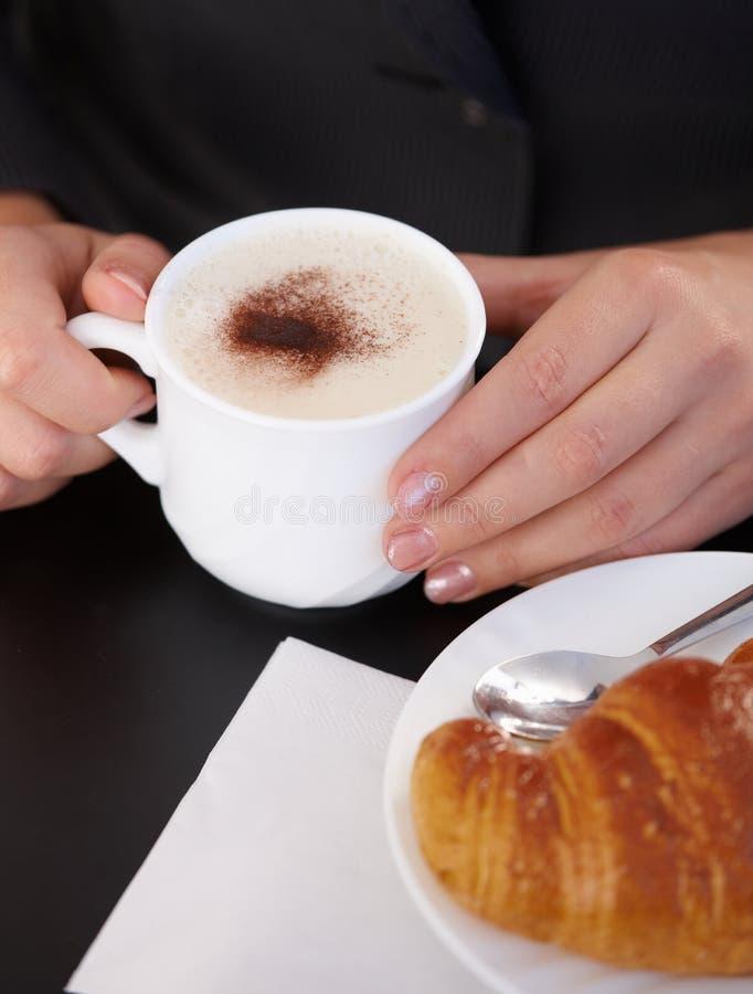 Cappuccino e croissant fotos de stock