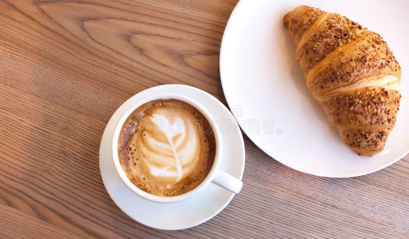 Cappuccino e croissant fotografia de stock royalty free