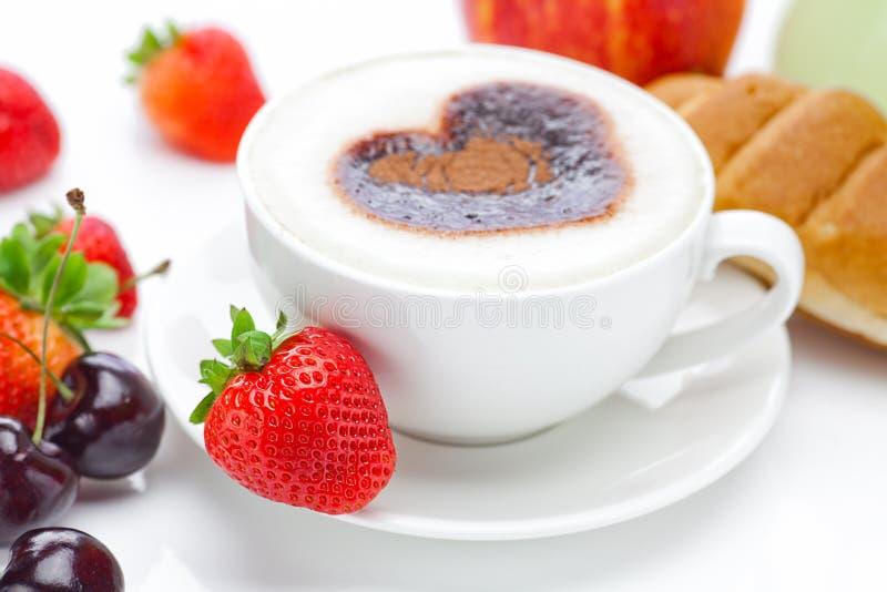 Cappuccino em um copo na forma dos corações fotografia de stock royalty free