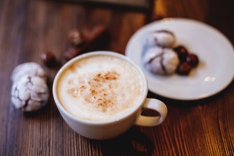 Cappuccino en chocoladekoekjes stock fotografie