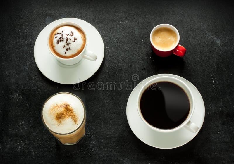 Cappuccino, espresso, americano en latte koffie op zwarte stock afbeeldingen