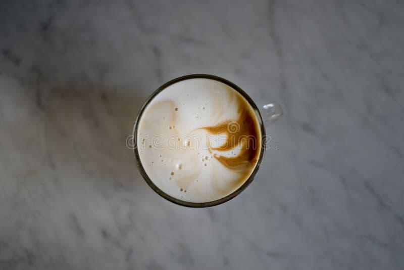Cappuccino espumoso em um copo de vidro foto de stock royalty free