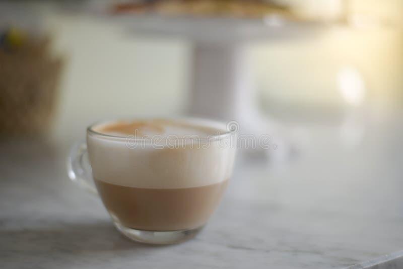 Cappuccino espumoso em um copo de vidro fotos de stock royalty free