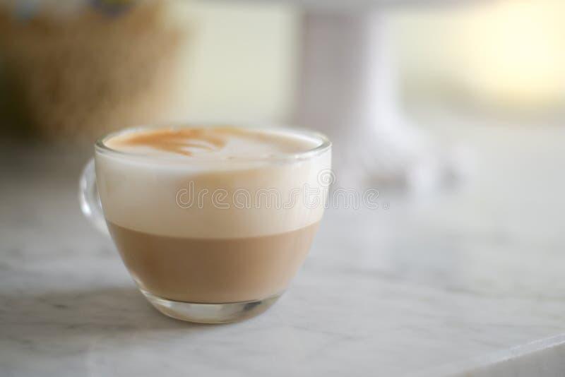 Cappuccino espumoso em um copo de vidro fotos de stock