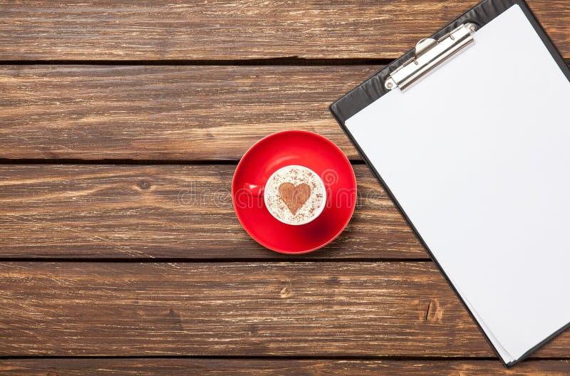 Cappuccino et comprimé d'affaires avec le papier images libres de droits