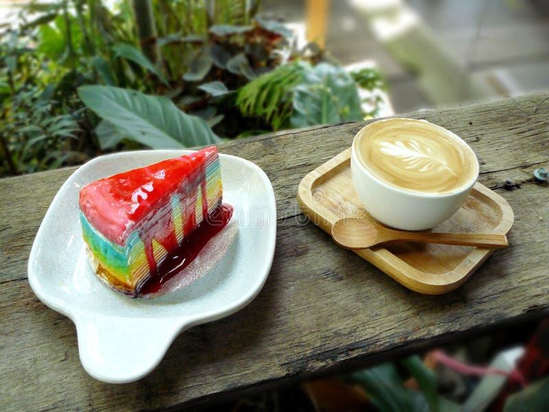 Cappuccino et couche de gâteau de crêpe d'arc-en-ciel photos libres de droits
