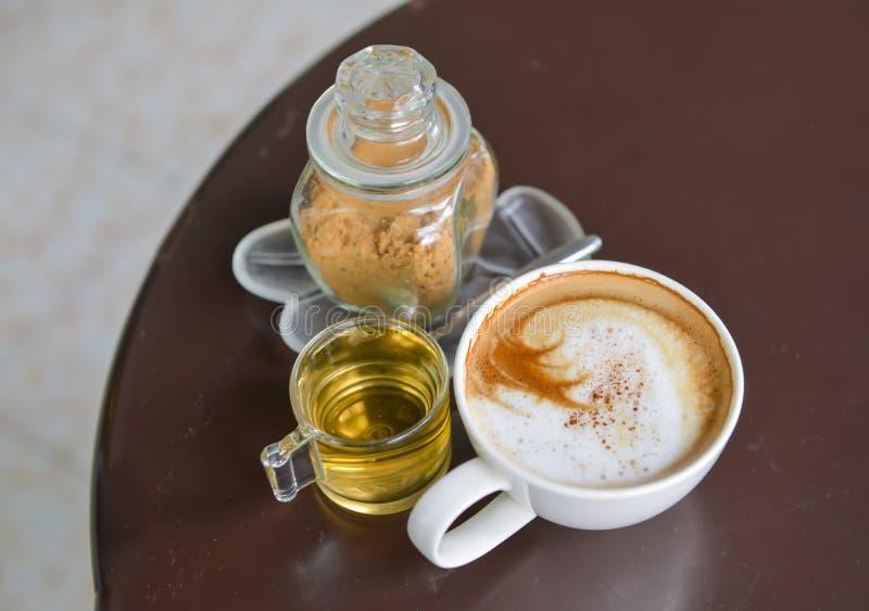 Cappuccino et thé de sucre roux photographie stock