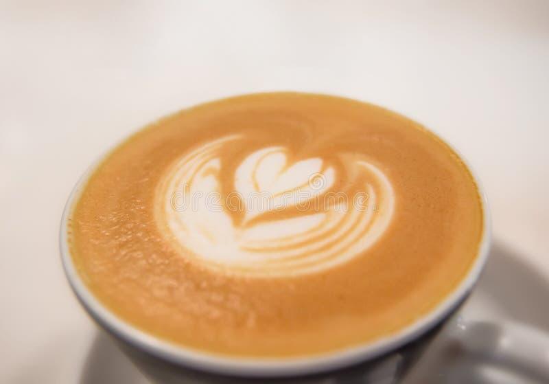 Cappuccino fait frais fait par barman sur la table blanche dans le cafétéria photo libre de droits