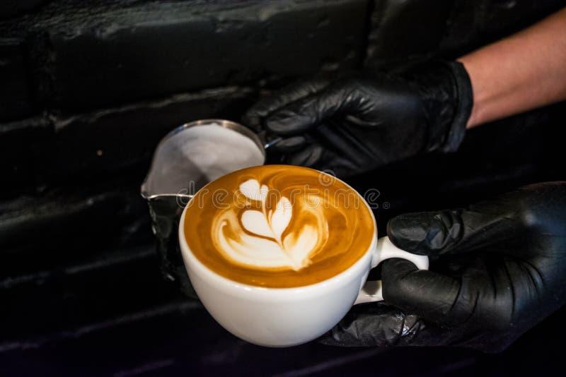 Cappuccino filiżanka z latte sztuką Proces przygotowanie kawa z mlekiem Pracy barista Świeży napój z kofeiną obrazy stock