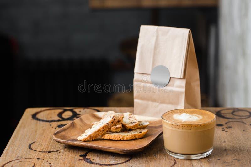 Cappuccino flatwhite Kaffee mit Nussplätzchen lizenzfreie stockfotos