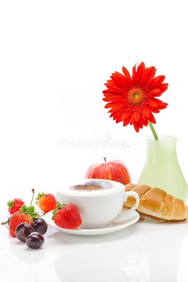 Cappuccino, Gerbera, Apfel und Kirsche stockbild