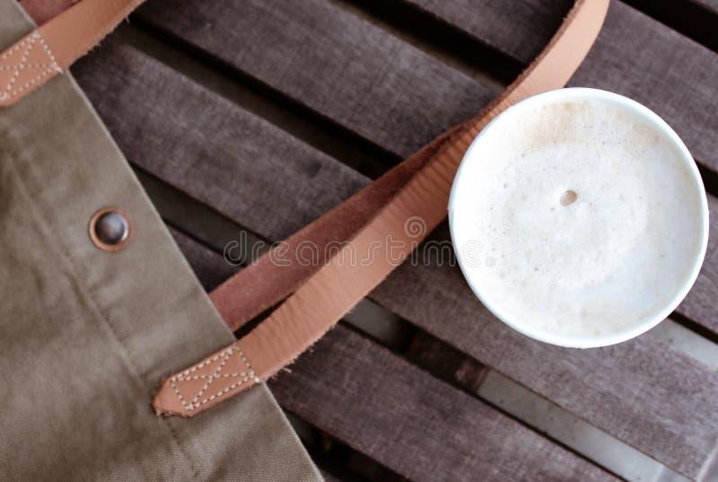 Cappuccino i pappers- kopp royaltyfria foton