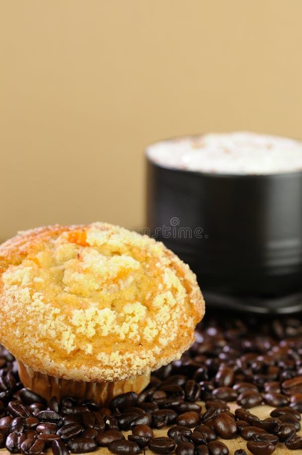 Cappuccino-Kaffee mit Muffin lizenzfreie stockfotografie
