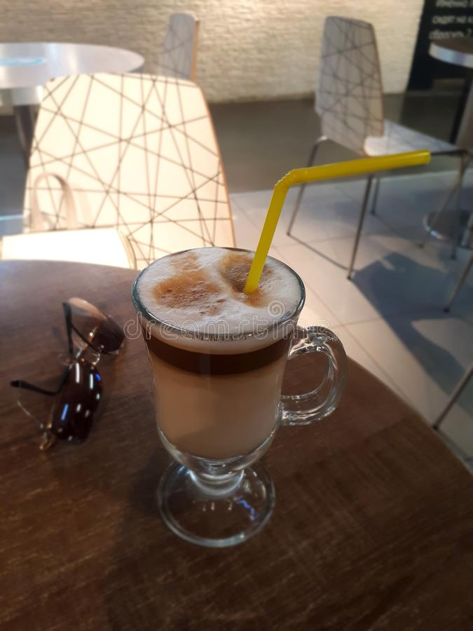 Cappuccino kawa na stole z czarnymi szkłami obrazy royalty free