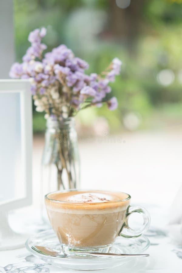 Cappuccino kawa w jasnej filiżance na stołowej kawiarni obrazy royalty free