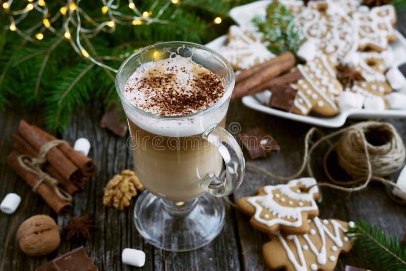 Cappuccino - kawa w przezroczystym pucharze z ciasteczkami świątecznymi obraz stock