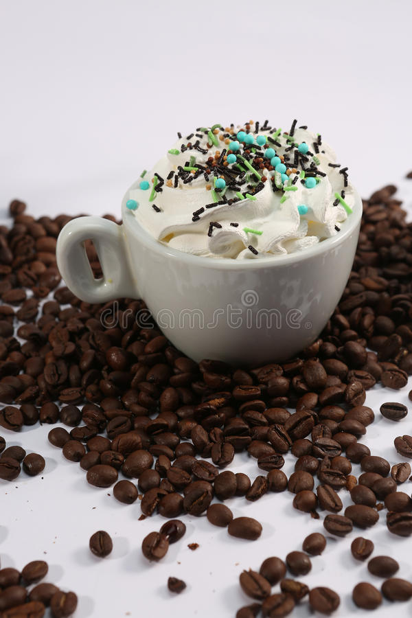 Cappuccino med godisar arkivfoton