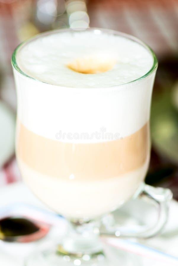Cappuccino mergulhado em um close up de vidro claro da caneca fotografia de stock