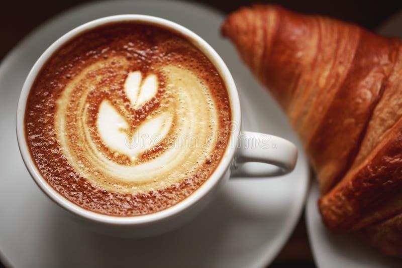 Cappuccino met mooi schuim stock foto