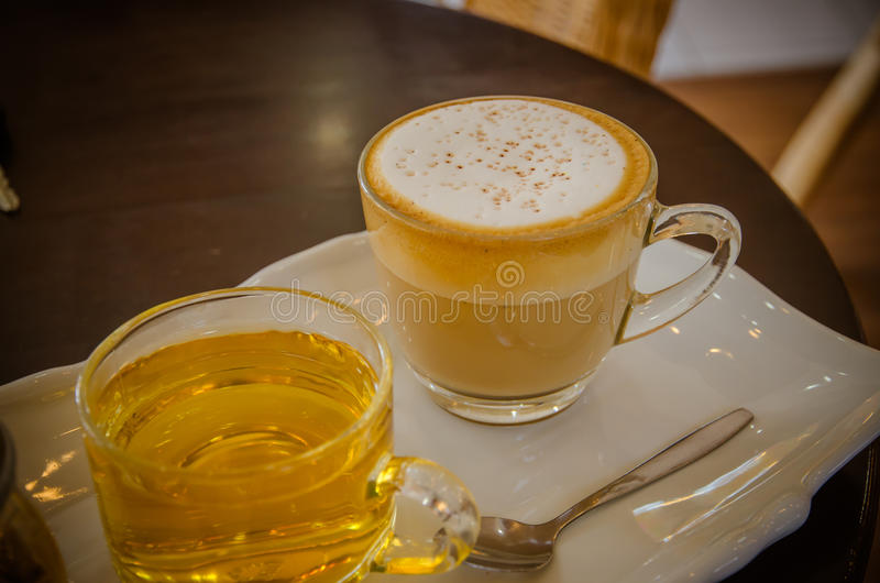 Cappuccino mit heißem Tee lizenzfreie stockfotografie