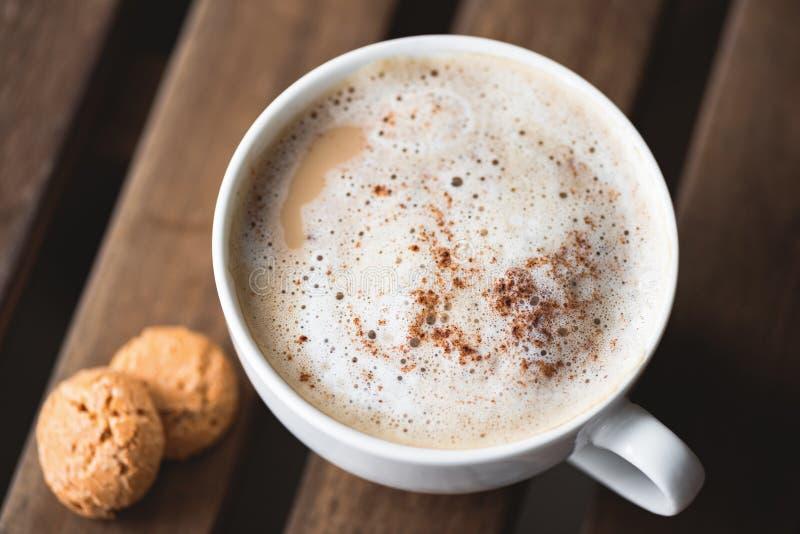 Cappuccino mit Zimt in der Schale lizenzfreies stockfoto