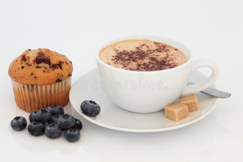 Cappuccino, Muffin und Blaubeeren lizenzfreies stockfoto