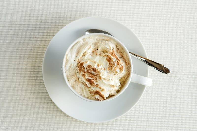 Cappuccino n um o copo branco, tiro de acima fotos de stock