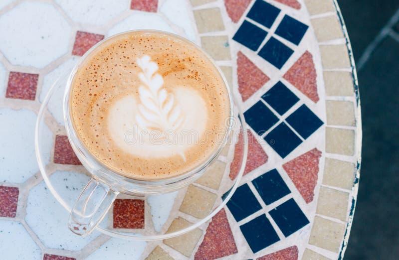 Cappuccino op mozaïeklijst stock foto's