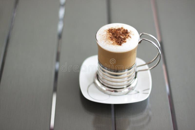 Cappuccino på en tappninggrå färgtabell royaltyfri bild