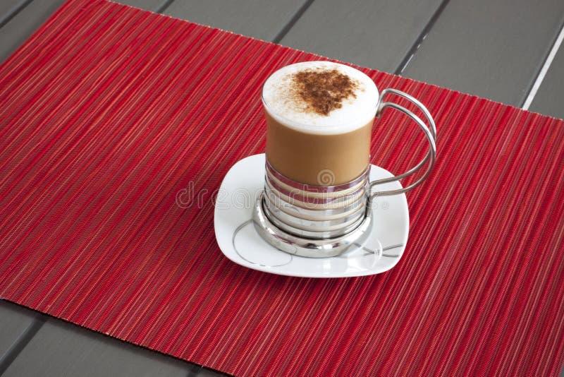 Cappuccino på en tappningtabell arkivbild
