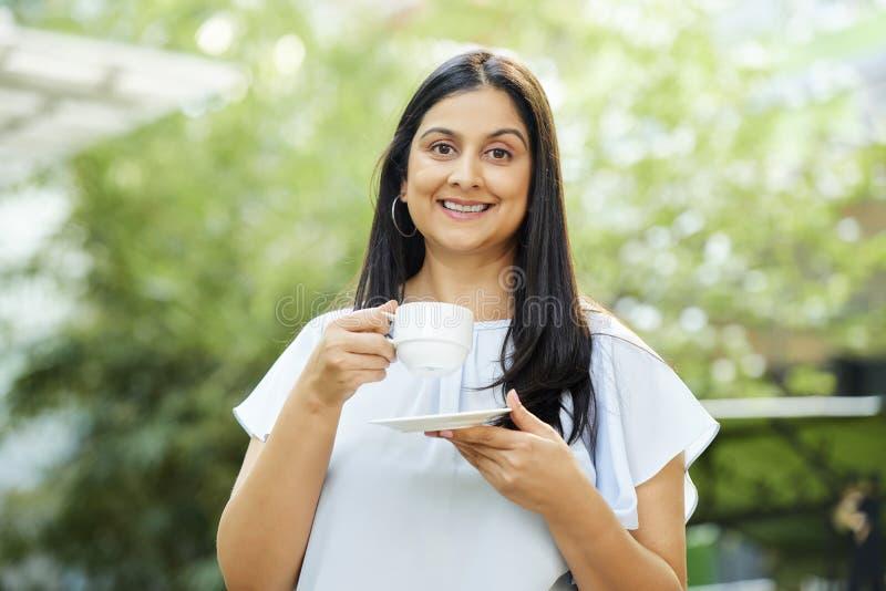 Cappuccino potable de femme heureuse photos libres de droits
