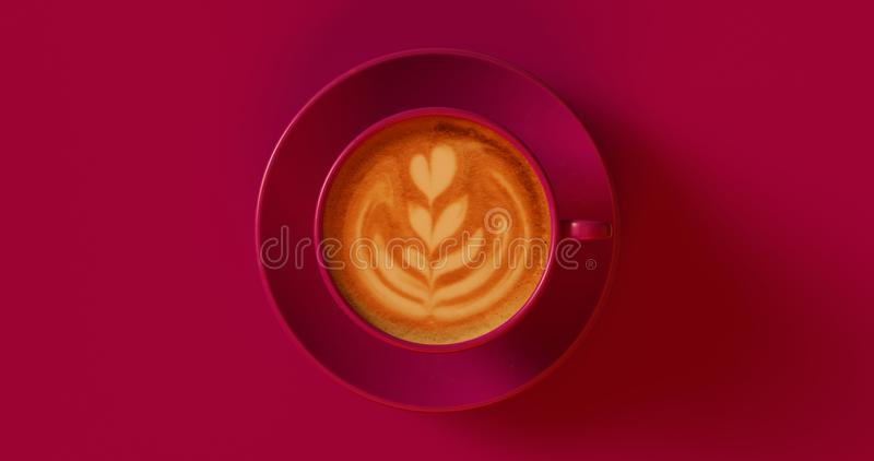 Cappuccino rouge mauve-foncé de tasse de café images stock
