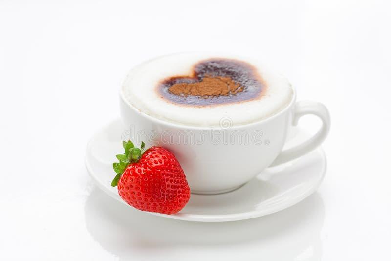 Cappuccino sotto forma dei cuori e delle fragole fotografia stock