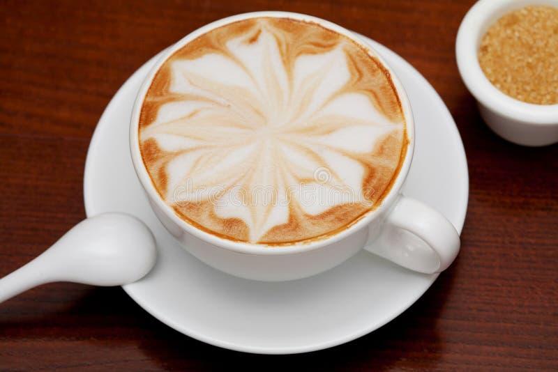 Cappuccino, taza de café y azúcar de caña imágenes de archivo libres de regalías