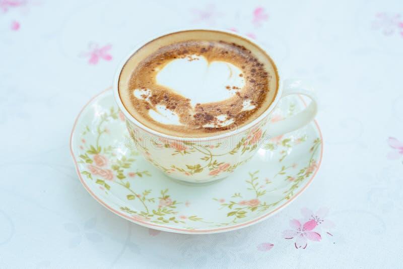 Cappuccino in tazza d'annata fotografia stock libera da diritti