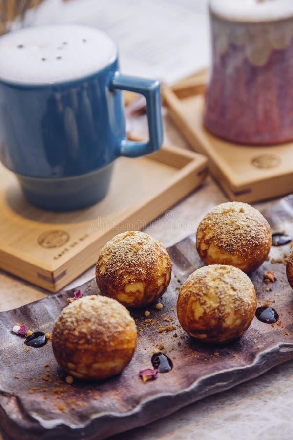Cappuccino und Muffin stockfotos