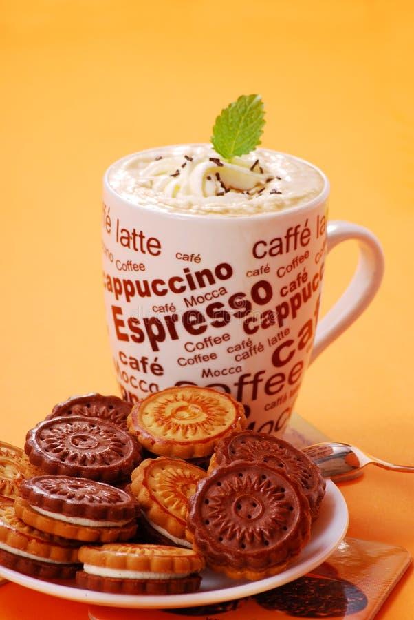 Cappuccino und Plätzchen lizenzfreie stockbilder