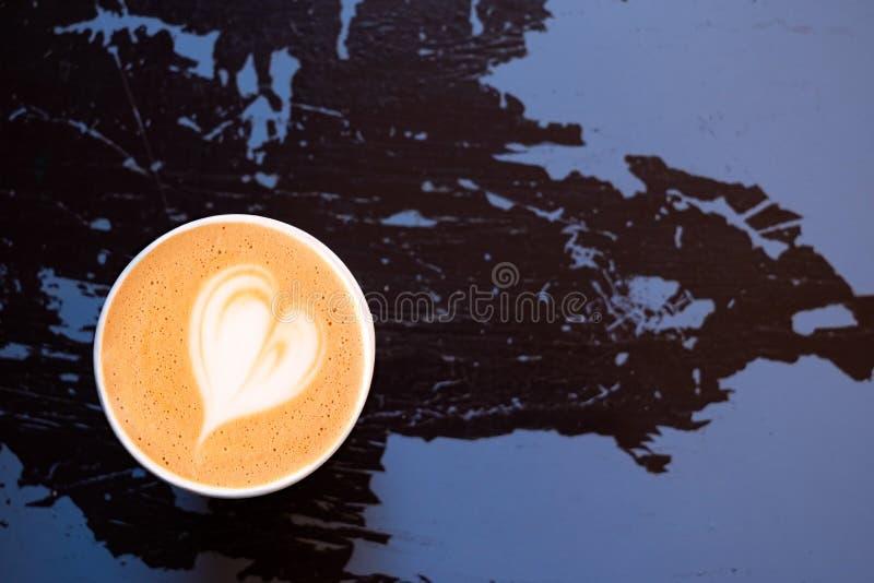Cappuccino w papierowym bierze oddaloną filiżankę na i purpura malującego drewno z góry obieraniu i pękającym czerni Przestrze? d zdjęcia royalty free
