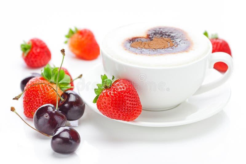 Cappuccino, wiśnia i truskawki, fotografia royalty free