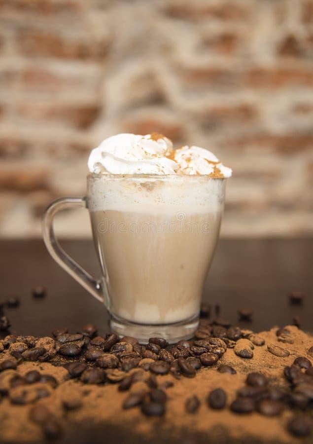 Cappuccino z kawowymi fasolami fotografia stock
