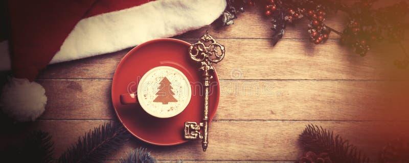 Cappuccino z kluczem na stole obraz stock