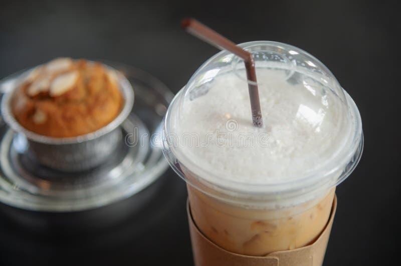 Cappuccinoiskaffe i ett exponeringsglas på mörkt trä royaltyfria bilder