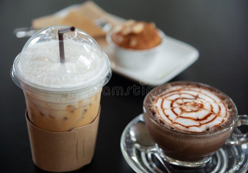 Cappuccinoiskaffe med varmt kaffe för cappuccino i en exponeringsglasans arkivfoton