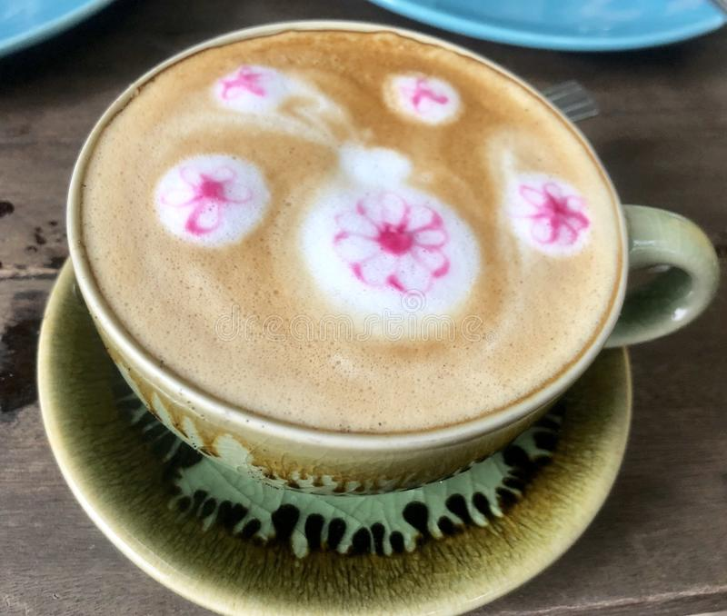 Cappuccinokaffe i den gröna koppen royaltyfri foto