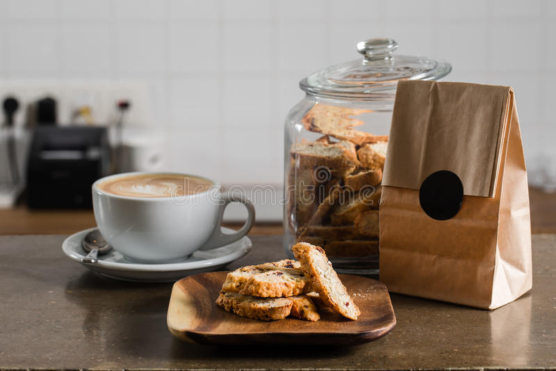 Cappuccinokaffee mit Nussplätzchen lizenzfreies stockbild