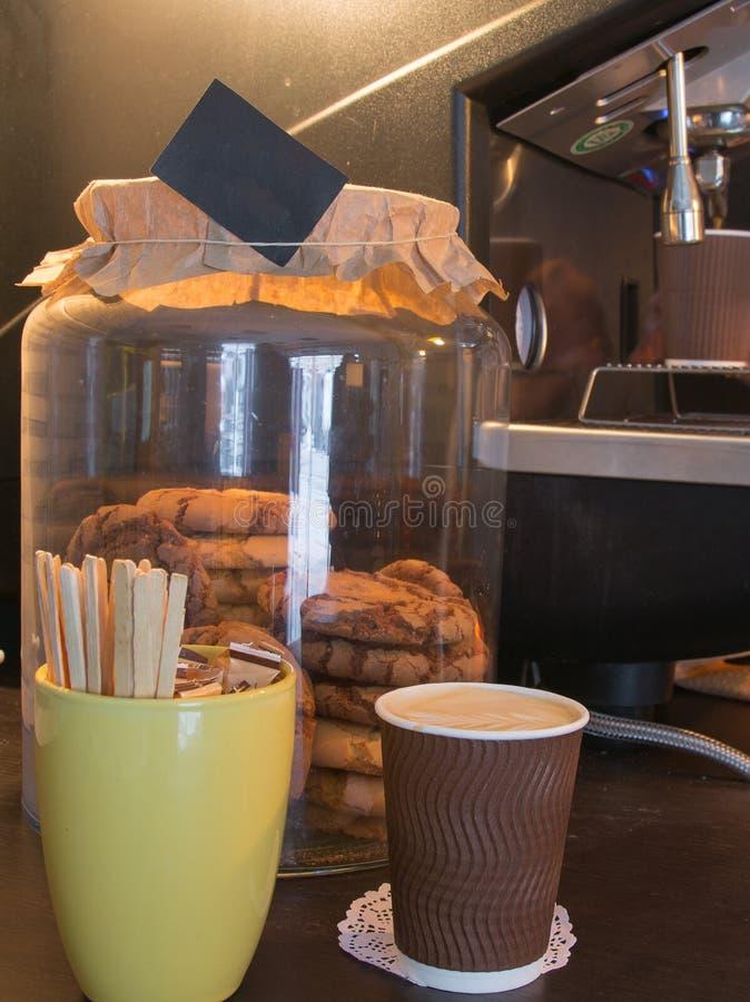 Cappuccinokaffee und -plätzchen lizenzfreies stockbild