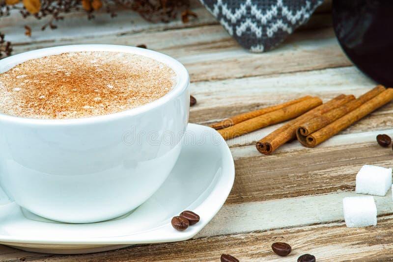 Cappuccinokoffie in een kop op een lijst royalty-vrije stock foto