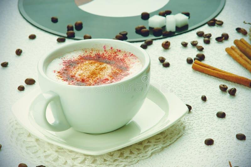 Cappuccinokoffie, koffiebonen en suikerkubussen royalty-vrije stock foto